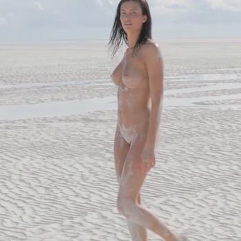 Обнаженная на песчаном пляже Багамских островов. / Playmate July 2017 Dana Taylor (2018) HD 1080p