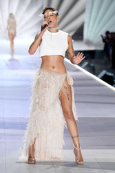 Halsey - 2018 Victoria's Secret Fashion Show in NYC 11/8/2018 301e5c1026341204