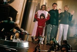 Солдатики / Small soldiers (1998) Кирстен Данст , Томми Ли Джонс (голос) Eb44c6937750294