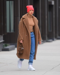 Hailey Baldwin - Shopping in NYC 12/9/18