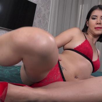 Леди в красном вся обнажается и показывает свои голые прелести. / E1458 Lady Dee (2018) HD 1080p