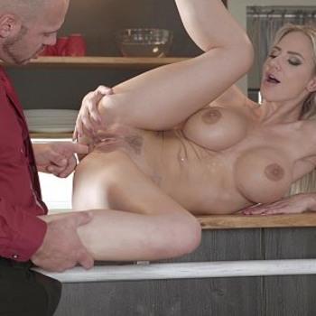 Наталии имеет большие сиськи, и тугую попку, которая просит, чтобы ее трахнули. / Nathaly Cherie Doesn't Stay Dressed Long Before Fucking And Swallowing (2018) HD 1080p