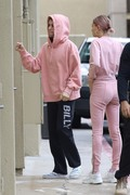 Hailey Baldwin - Arriving at West Valley Medical Center in Encino 1/15/19