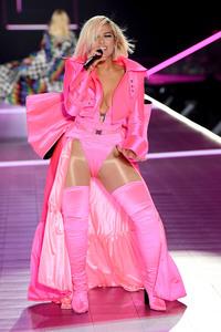 Bebe Rexha - 2018 Victoria's Secret Fashion Show in NYC 11/8/2018 35141b1026340204