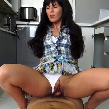 Тетка соблазнила мальчика на кухне. / Amateurs - Auntie will take care of your erection (2017) HD 1080p
