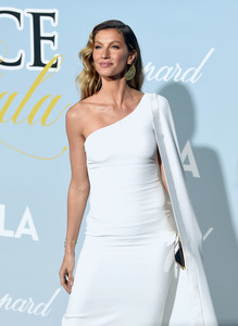 Gisele Bundchen - 2019 Hollywood For Science Gala in Beverly Hills 2/21/19