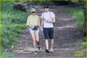 Taylor Swift - Hiking in Beverly Hills 3/3/19