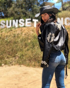 Jacqueline Macinnes Wood A$$ In Tight Jeans