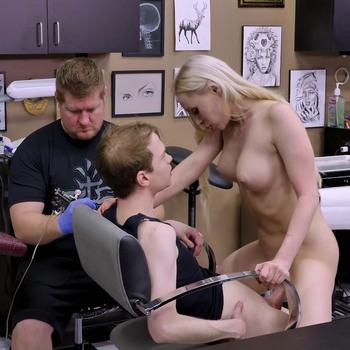 Мачеха знает, как успокоить пасынка от боли в тату-салоне. / Natasha James - Ink In The Pink (2018) HD 1080p