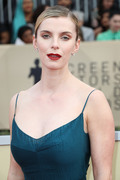 Betty Gilpin - 2018 SAG Awards (1/21/18) (ft. Alison Brie, Vitalie Taittinger)