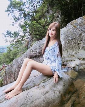 夢幻甜美的虎航「最正空姐」Rita高鈺雯吃喜酒撩起長裙露出白皙美腿堪稱絕品啊