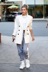 Hailey Baldwin - Out for dinner in Beverly Hills 12/4/2018 a7604f1053700024