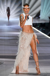Halsey - 2018 Victoria's Secret Fashion Show in NYC 11/8/2018 130fe71026341134