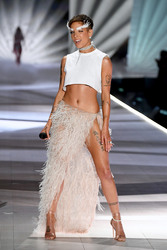 Halsey - 2018 Victoria's Secret Fashion Show in NYC 11/8/2018 9021be1026341184