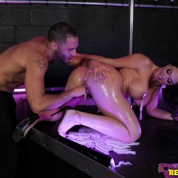 Трахает тугую задницу танцовщицы. / Brooke Beretta - Big Ass Burlesque (2018) HD 1080p