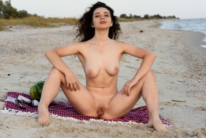 Melissa Maz - Loving The Beach    03/28/19